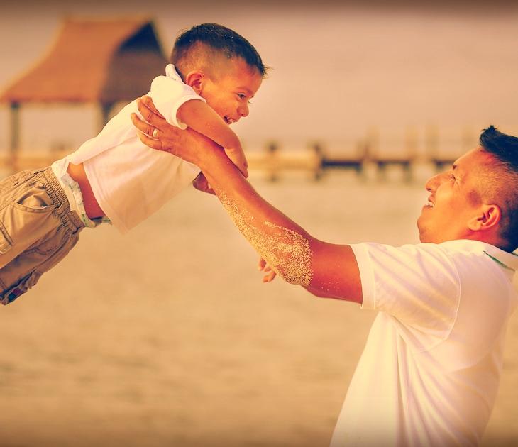 Pai segurando o filho