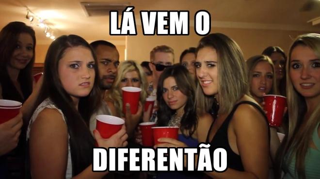Meme lá vem o diferentão, pessoas te olhando