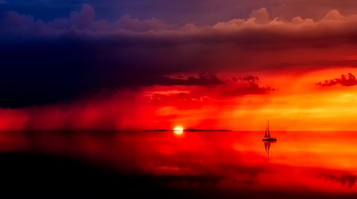 veleiro velejando ao pôr do sol, mar