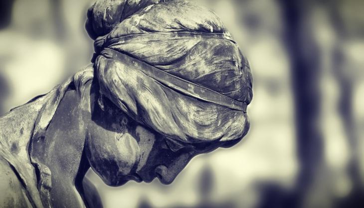 Estátua de pedra de um cemitério, luto