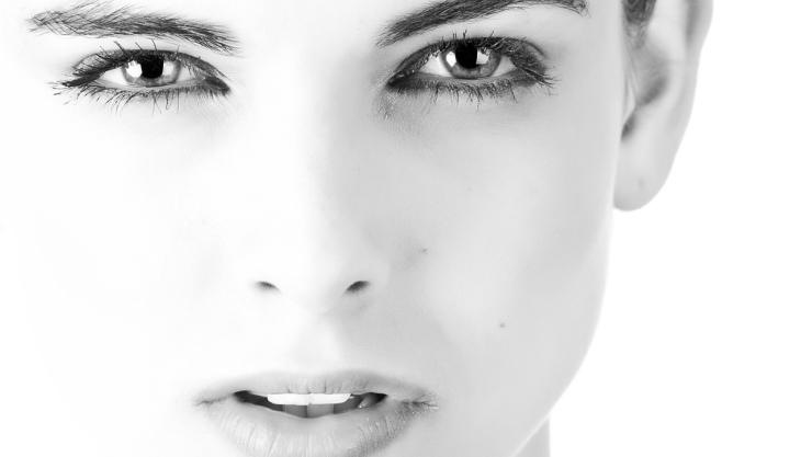 Rosto de uma mulher, preto e branco