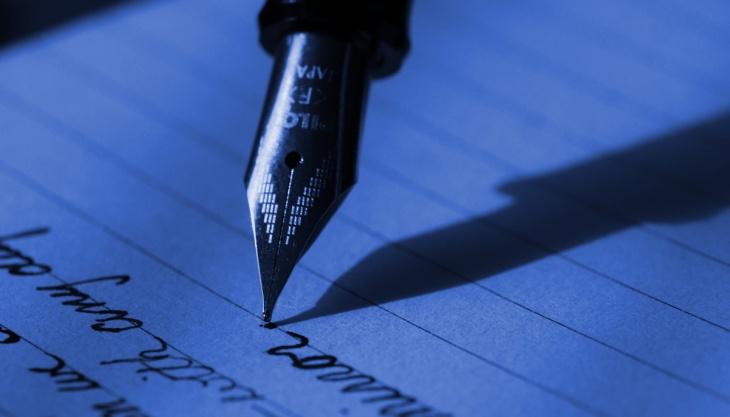 Caneta tinteiro sobre papel, escrevendo