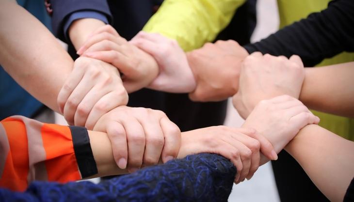 Cooperação, pessoas dando as mãos, confiança