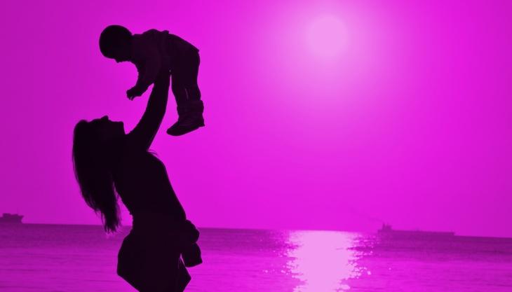 Mãe segurando sua filha, silhueta