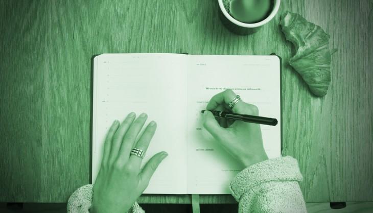Escrever caderno mesa café pão mãos
