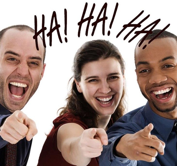 Pessoas rindo de você apontando para você