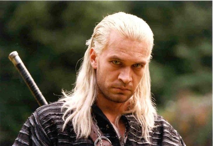 O ator Michał Żebrowski como Geralt de Rívia