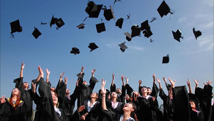 Alunos comemorando a graduação pela UNIVESP