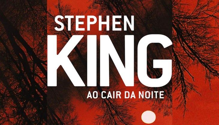 Resenha de Ao cair da noite, de Stephen King: capa do livro em destaque, com o nome do autor sobre fundo vermelho