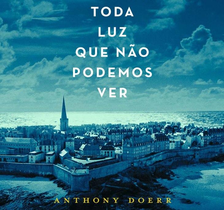 Resenha do livro Toda Luz Que Não Podemos Ver: a capa do livro é uma foto da cidade de Saint-Malo, na França